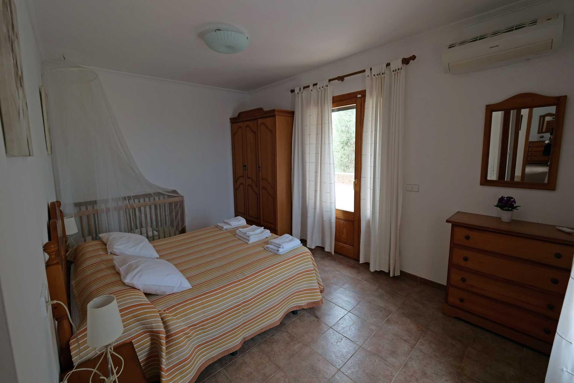 Finca Palmitos II - Bedroom with baby cot