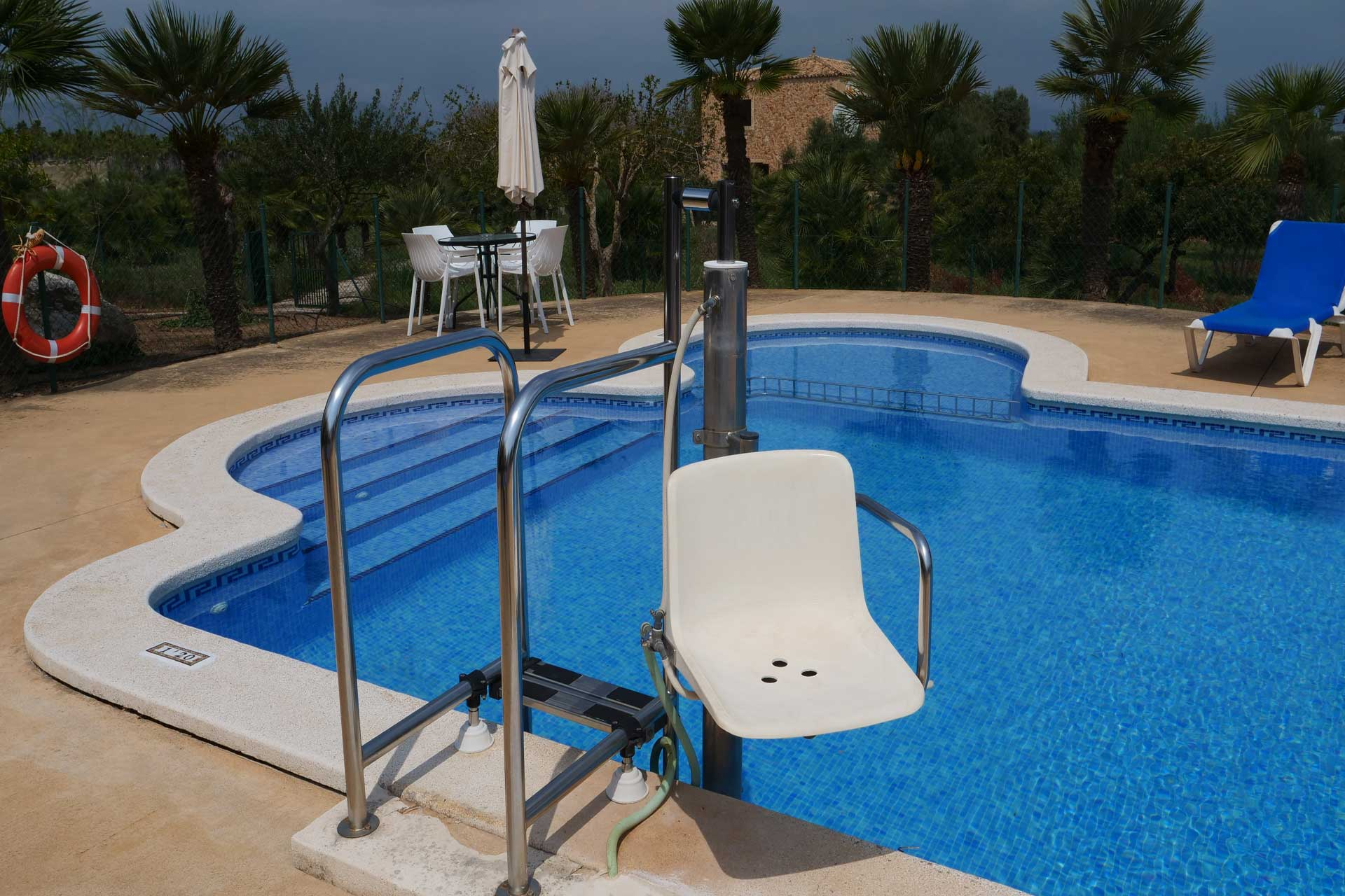Finca Palmitos II - Swimming pool with hydraulic chair