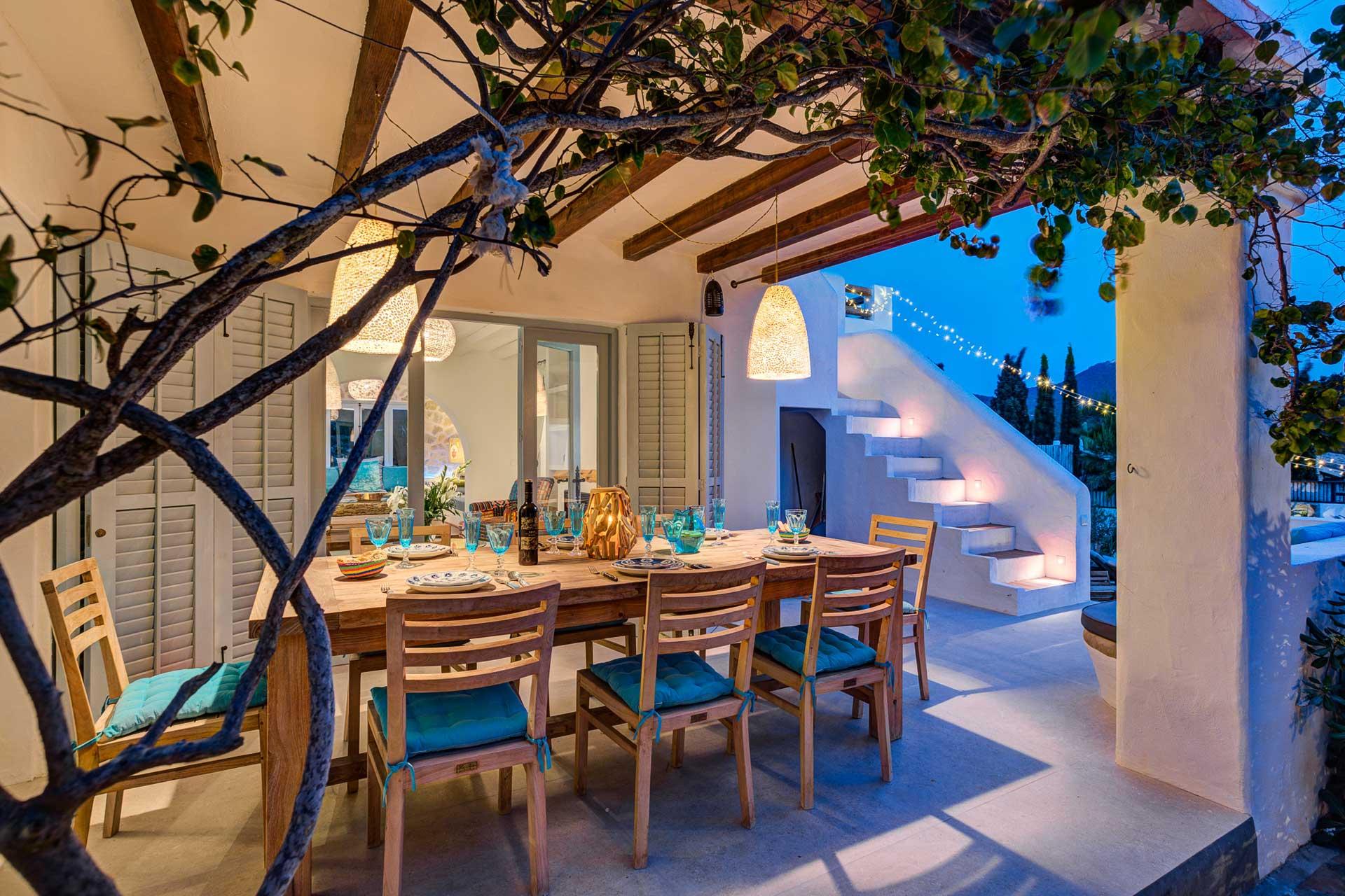 Villa Can Terra - Wohnbereich mit Essplatz außen