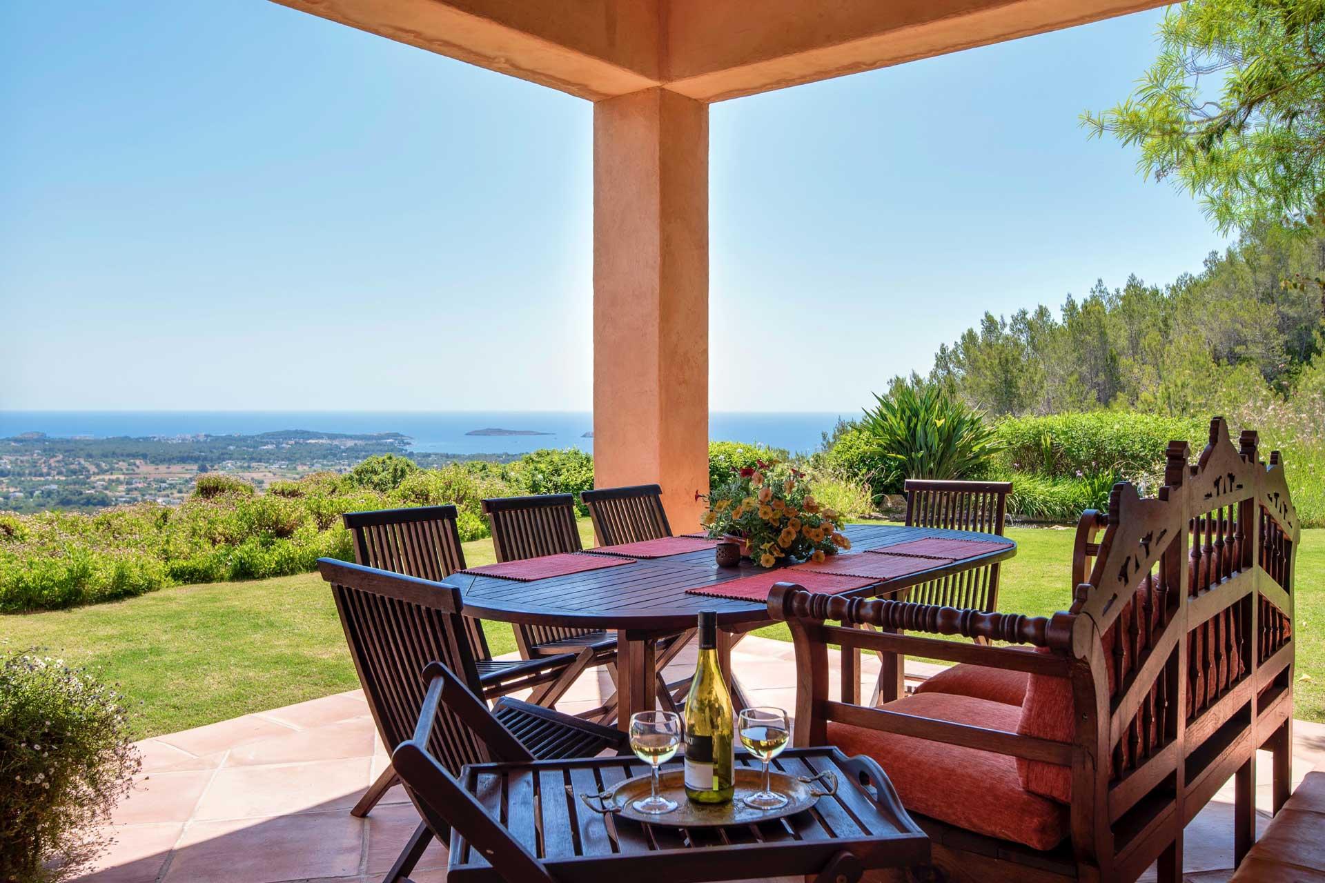 Villa K IBIZA - Überdachte Terrasse mit Essplatz
