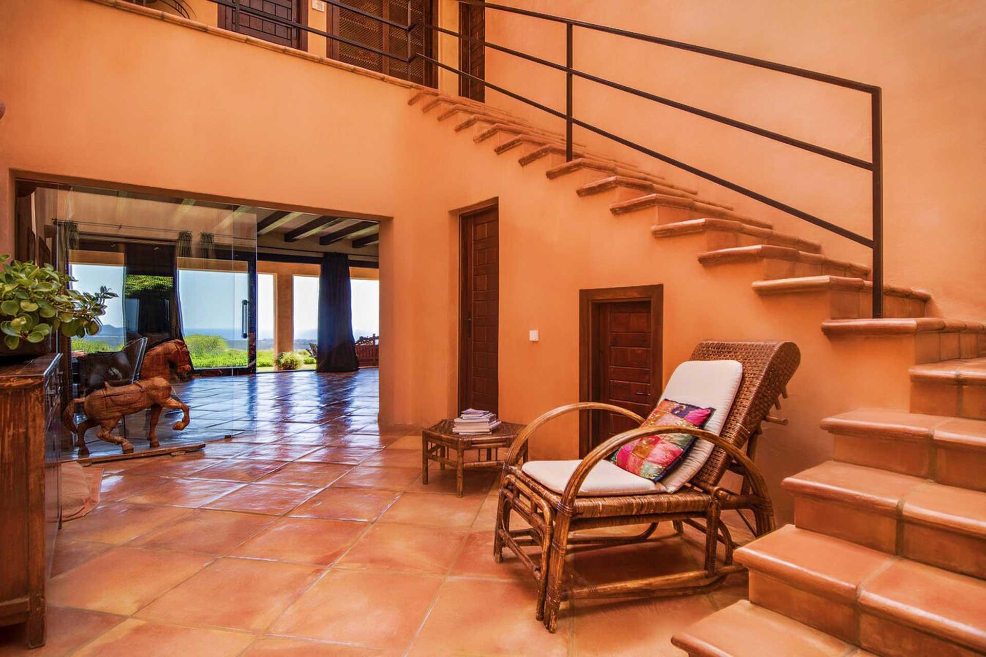 Villa K IBIZA - Flur und Treppenaufgang