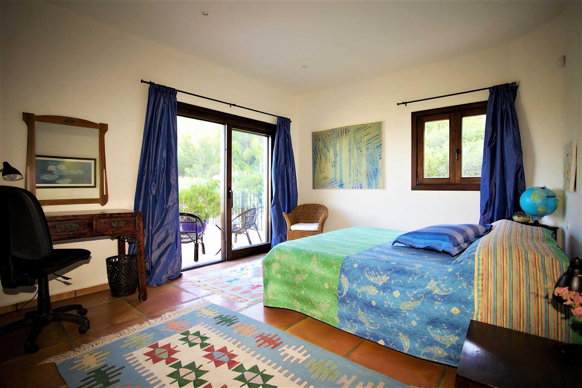 Villa K IBIZA - Schlafzimmer OG re mit Balkon zum Garten