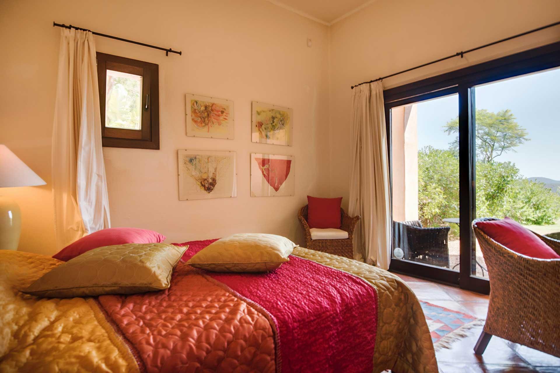 Villa K IBIZA - Schlafzimmer EG links mit Terrasse in den Garten