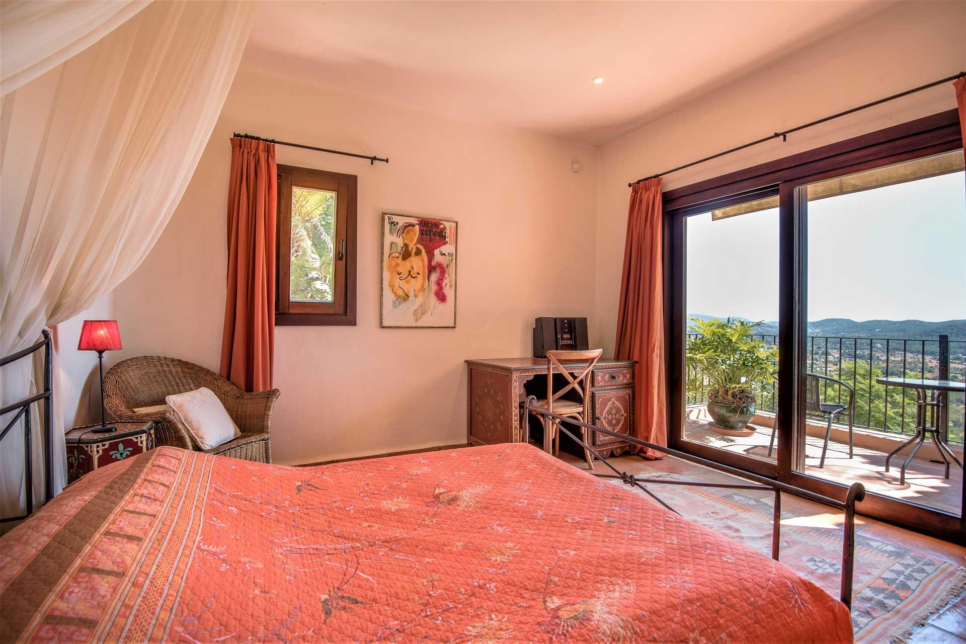 Villa K IBIZA - Schlafzimmer OG li mit Balkon zum Tal