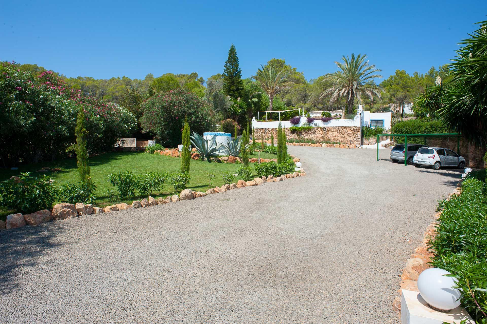 Finca Can Gall Ibiza - Courtyard with carport