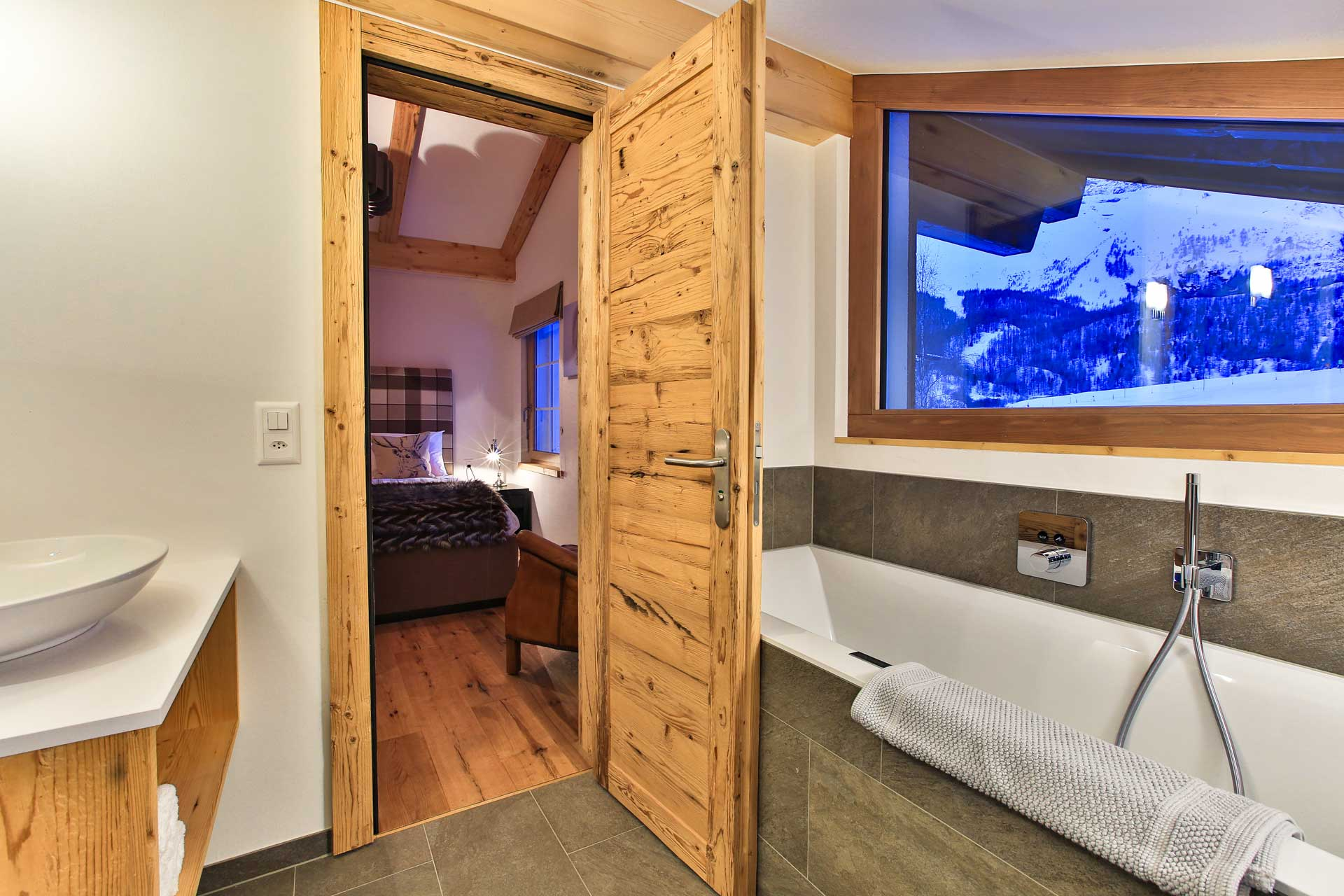 Luxus Appartement Chalet Khione Saas-Fee - Hauptschlafzimmer mit Bad en Suite OG re.
