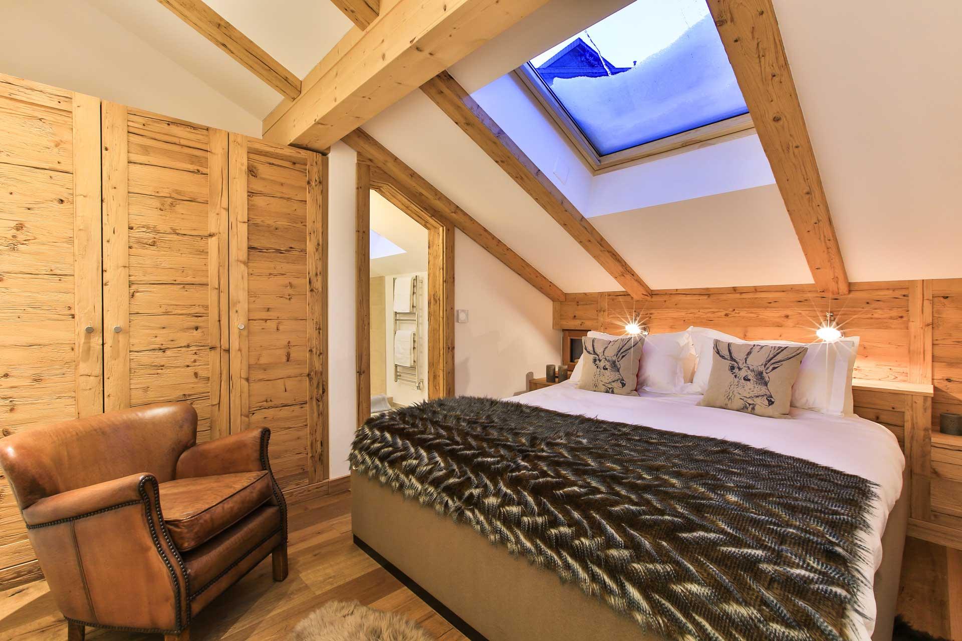 Luxus Appartement Chalet Khione Saas-Fee - Schlafzimmer mit Bad en Suite OG mittig